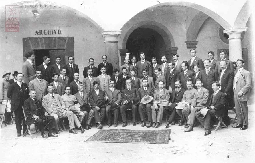 Los constituyentes de 1917. Al centro, Venustiano Carranza. Foto del Archivo General de la Nación.