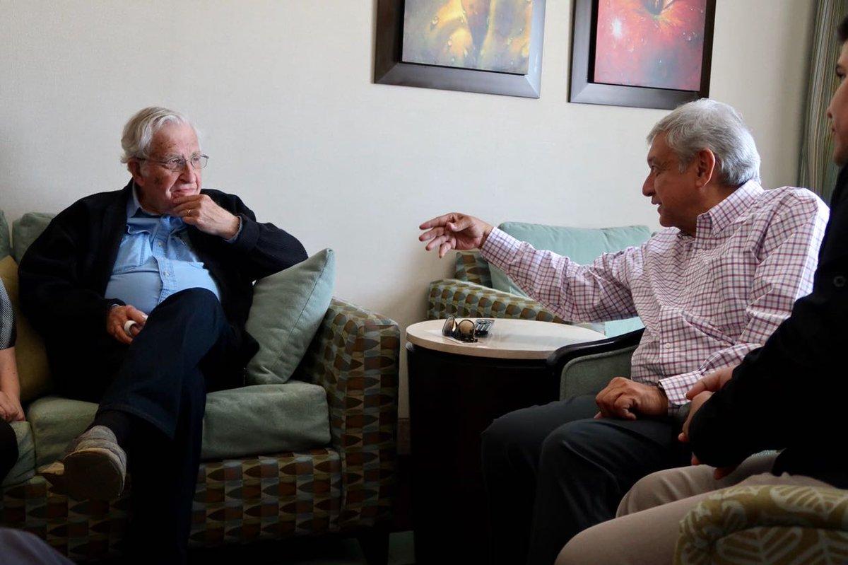 Noam Chomsky conversa con Andrés Manuel López Obrador. Foto tomada de la cuenta de Twitter de AMLO @lopezobrador_
