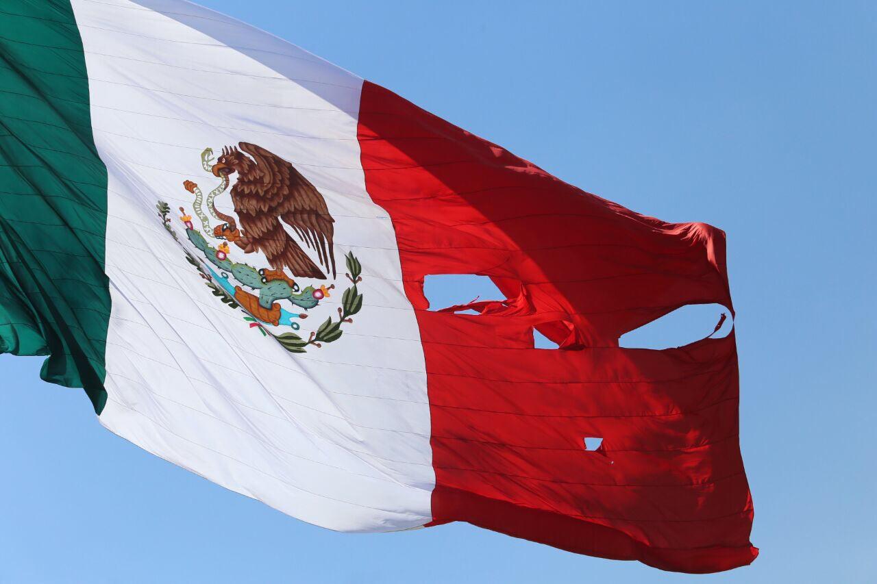 Bandera de México rota, izada en el Día de la Bandera (24 de febrero de 2017). Foto de Hugo Salazar, de El Economista.
