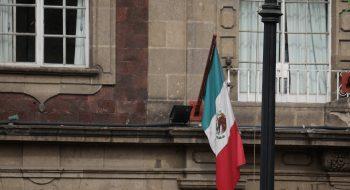 Bandera de México en el Centro Histórico. Foto original de rokr67, Flickr, licencia CC.