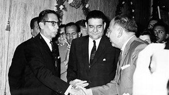 Díaz Ordaz y Ernesto P. Uruchurtu saludan al diputado Everardo Gamiz, líder del Sindicato de Trabajadores del entonces Departamento del Distrito Federal, en 1965. Foto: Fototeca Nacional del INAH