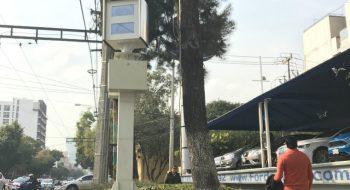 Equipo electrónico para captar imágenes cuando se realizan infracciones al reglamento de tránsito, en la esquina de Eje 8 y Universidad, en la Ciudad de México. Foto: José Soto Galindo