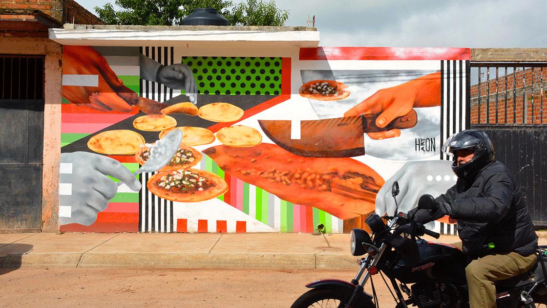 Alejandro Rodríguez, pintor de Arandas, plasmó este mural en honor al taco en la calle Rubén Plascencia, que es la arteria principal del pueblo. Foto: Francisco Vázquez Mendoza