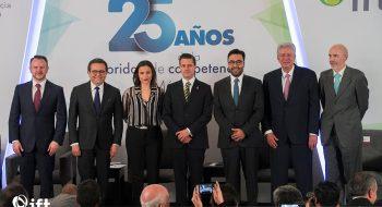 Al centro de la imagen, el presidente Enrique Peña Nieto, acompañado a su derecha por Alejandra Palacios Prieto, presidenta de la Cofece, y a su izquierda por Gabriel Contreras Saldívar, presidente del Ift.